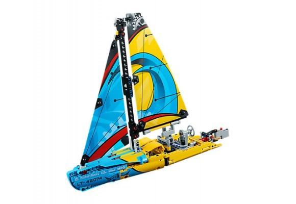 Alza le vele e solca le onde con lo Yacht da corsa LEGO!